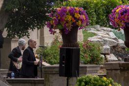 Brad Delson e Chester Bennington cantano durante la celebrazione funebre per Chris Cornell allo Hollywood Forever Cemetery, 26 maggio 2017 (David McNew/Getty Images)
