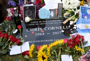 La lapide di Chris Cornell allo Hollywood Forever Cemetery, 26 maggio 2017 (Chris Pizzello/Invision/AP)